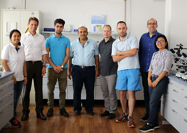 Product manager Stefan Wegner, managing director Thomas Schmauck together with the participants of the service training